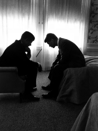Jack Kennedy Conferring with His Brother and Campaign Organizer Bobby Kennedy in Hotel Suite 写真プリント : ハンク・ウォーカー