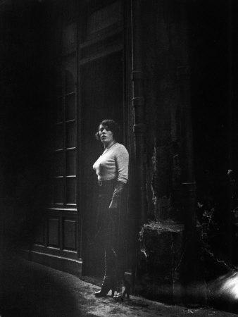 Atmospheric of Parisienne Prostitute Standing Near Doorway on Street 写真プリント : アルフレッド・アイゼンスタット