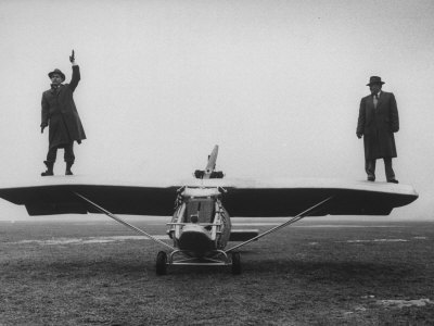 Goodyear Aircraft Engineers Standing on Wings of Rubber Airplane, Can Fly 60 MPH with 200 yd Runway Fotografie-Druck von Grey Villet