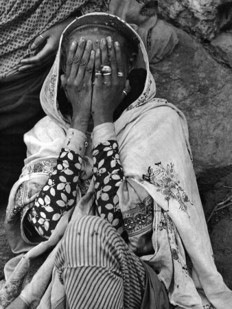 Ethiopian Woman Covering Her Face with Her Hands 写真プリント : アルフレッド・アイゼンスタット