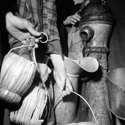 Civilians Filling Wine Jugs with Fresh Water after City was Restored in the Wake of Germans, WWII 写真プリント : マーガレット・バーク=ホワイト