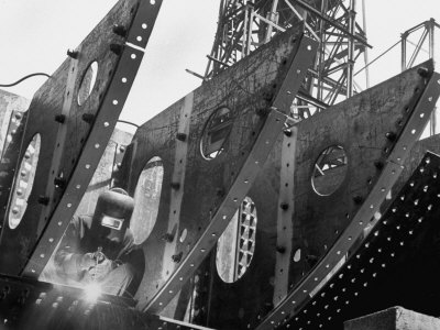 Welder Securing Steel Structure While Working on Hull of a Ship, Bethlehem Shipbuilding Drydock 写真プリント : マーガレット・バーク=ホワイト