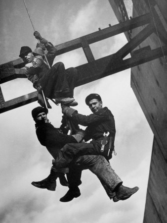 Relief Workers Hanging from Cable in Front of a Giant Beam During the Construction of Fort Peck Dam 写真プリント : マーガレット・バーク=ホワイト