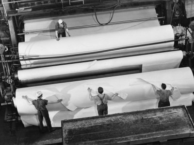 20 Ft. Roll of Finished Paper Arriving on the Rewinder, Ready to Be Cut and Shipped from Paper Mill 写真プリント : マーガレット・バーク=ホワイト