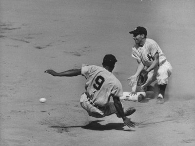 Yankee Phil Rizzuto Waiting to Catch the Ball During the American League Pennant Race Metalldrucke von Grey Villet