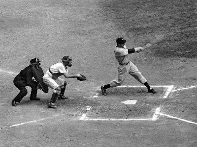 New York Yankee Joe Di Maggio Swinging Bat in Game Against the Philadelphia Athletics Metalldrucke von Alfred Eisenstaedt