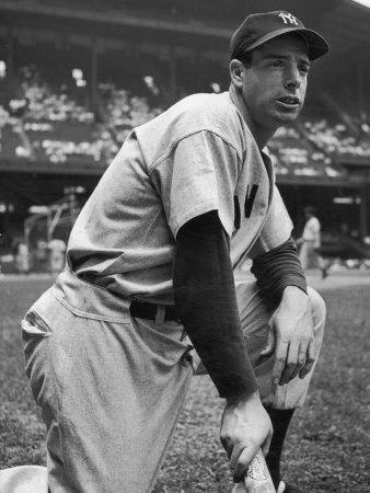 Baseball Player Joe Di Maggio Kneeling in His New York Yankee Uniform Metalldrucke von Alfred Eisenstaedt