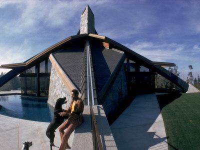Basketball Legend Wilt Chamberlain with Dog Outside His Home Kunst på metal af Ralph Crane