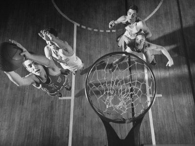 Nyu Basketball Team Playing in Game Photographic Print by Ralph Morse