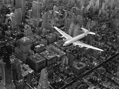 Douglas 4 Flying over Manhattan Fotoprint av Margaret Bourke-White