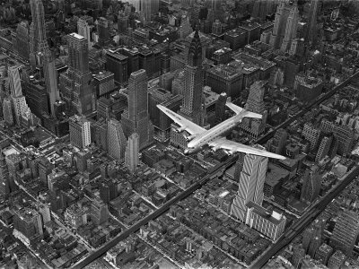Aerial View of a Dc-4 Passenger Plane in Flight over Manhattan 写真プリント : マーガレット・バーク=ホワイト