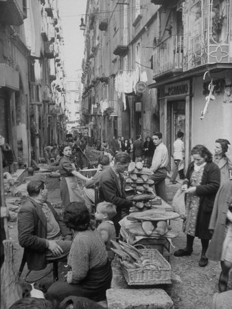 People Buying Bread in the Streets of Naples 写真プリント : アルフレッド・アイゼンスタット