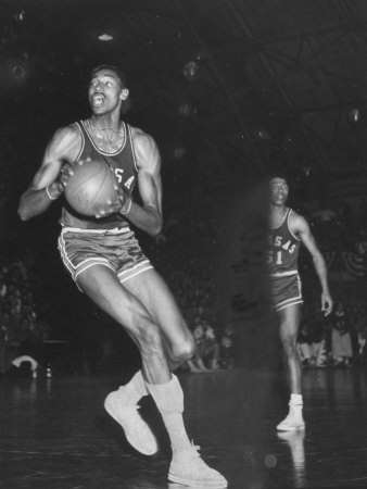 Wilt Chamberlain Playing Basketball During a Game Against Iowa State Kunst på metal af Stan Wayman