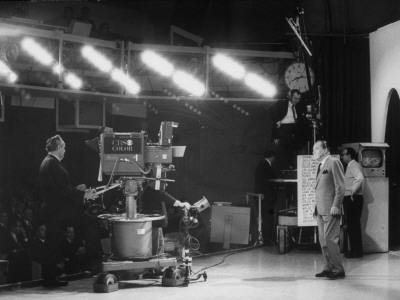 "CBS Cameraman Filming Ed Sullivan During ""The Ed Sullivan Show,"" Cue Cards are Visible Behind Him Kunst på metal af Arthur Schatz"