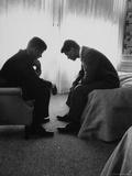 Candidato presidencial John Kennedy conversando com o irmão e organizador da campanha Bobby Kennedy Impressão fotográfica por Hank Walker