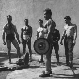 Prisoners at San Quentin Weightlifting in Prison Yard During Recreation Period Photographie par Charles E. Steinheimer