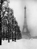 Heavy Snow Blankets the Ground Near the Eiffel Tower Fotografie-Druck von Dmitri Kessel