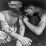 American Sailor Having Another Tattoo Done by Shipmate Aboard Battleship USS New Jersey During WWII Fotografisk trykk av Charles Fenno Jacobs