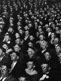 3D-elokuvan katsojia Viidakon paholaisen avajaisiltana Valokuvavedos tekijänä J. R. Eyerman