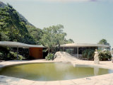 Swimming Pool and Private Residence of Architect Oscar Niemeyer Premium-Fotodruck von Dmitri Kessel
