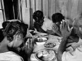 Delta and Pine Company African American Sharecropper Lonnie Fair and Family Praying before a Meal Lámina fotográfica de primera calidad por Alfred Eisenstaedt