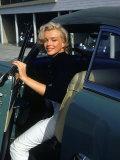 Marilyn Monroe Getting Out of a Car Reproduction photographique Premium par Alfred Eisenstaedt