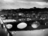 Bridges across the Arno River at Night Fotoprint van Alfred Eisenstaedt
