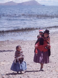 Mother and Two Children Holding Ball of Yarn, Andean Highlands of Bolivia Fotografie-Druck von Bill Ray