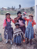 Mother and Four Children Wearing Derby Hats, Playing with Ball of Yarn, Andean Highlands of Bolivia Premium-Fotodruck von Bill Ray