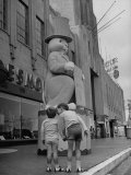 The Toll Brothers Admiring 6 Ft. Easter Bunny Reproduction photographique sur papier de qualité par Bob Landry