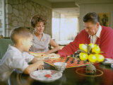 CA Gov. Candidate Ronald Reagan, Wife Nancy and Son Sitting at Table Playing Checkers at Home Impressão fotográfica por Bill Ray