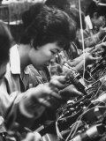 Matsushita Electronics Corp. Women Employees Working in a Factory Impressão fotográfica por Bill Ray