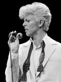 Musician David Bowie Singing on Stage Reproduction photographique Premium