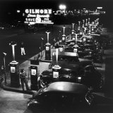Gilmore Gas Station Featuring Eight Islands, Three Pumps Each, Girl Makes Change Every Two Islands Fotografie-Druck von Allan Grant