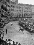 People Watching Horse Race that Is Traditional Part of the Palio Celebration Fotodruck von Walter Sanders