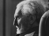 Poet Ezra Pound, 95, Relaxing in Wing Chair in Apt Reproduction photographique sur papier de qualit&#233; par David Lees
