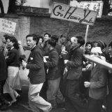 Communist Students Jubilantly Snake Dancing Through the Street, Cursing Americans, Meiji Park Fotografie-Druck von Michael Rougier