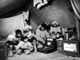 Eskimo Family Admiring their Modern Conveniences, a Victrola, a Sewing Machine and a Stove Lámina fotográfica de primera calidad por Margaret Bourke-White