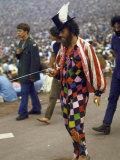 Paul Foster Walking During the Woodstock Music and Art Festival Reproduction photographique sur papier de qualité par Bill Eppridge