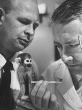 US Navy Beischer and Dr. Stullken Taking Temperature of Monkey Who Survived Trip into Space Premium-Fotodruck von Grey Villet