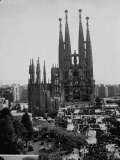Crowds Gathering Outside the Sagrada Familia Church Fotografie-Druck von Dmitri Kessel