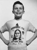 Little Boy Modeling Sitting Bull T-Shirt Fotografisk tryk af Al Fenn