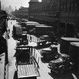 Trucks Clog Roadway in Front of Street-Level Entrances to Long Row of Hudson River Piers on West St Fotografie-Druck von Andreas Feininger