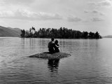 Private Island, Young Couple Embracing on a Small Rock Protruding from the Waters of Lake George Premium-Fotodruck von Nina Leen