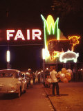 Man Selling Balloons at Entrance of Iowa State Fair Fotografisk trykk av John Dominis