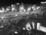 People Celebrating the Independence of Ireland on O'Connell Bridge before Midnight on Easter Sunday Fotografisk tryk af Larry Burrows