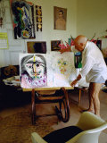 Pablo Picasso Arranging Displays of His Paintings at His Home in Notre-Dame-De-Vie, Mougins Premium-Fotodruck von Gjon Mili