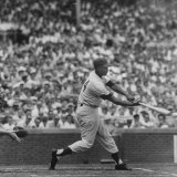 Action Shot of Chicago Cub's Ernie Banks Smacking the Pitched Baseball Premium fototryk af John Dominis