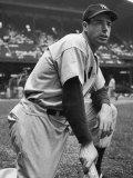 Baseball Player Joe Di Maggio Kneeling in His New York Yankee Uniform Fototryk i høj kvalitet af Alfred Eisenstaedt