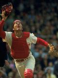 Cincinnati Reds Catcher Johnny Bench Catching Pop Fly During Game Against San Francisco Giants Premium fotografisk trykk av John Dominis